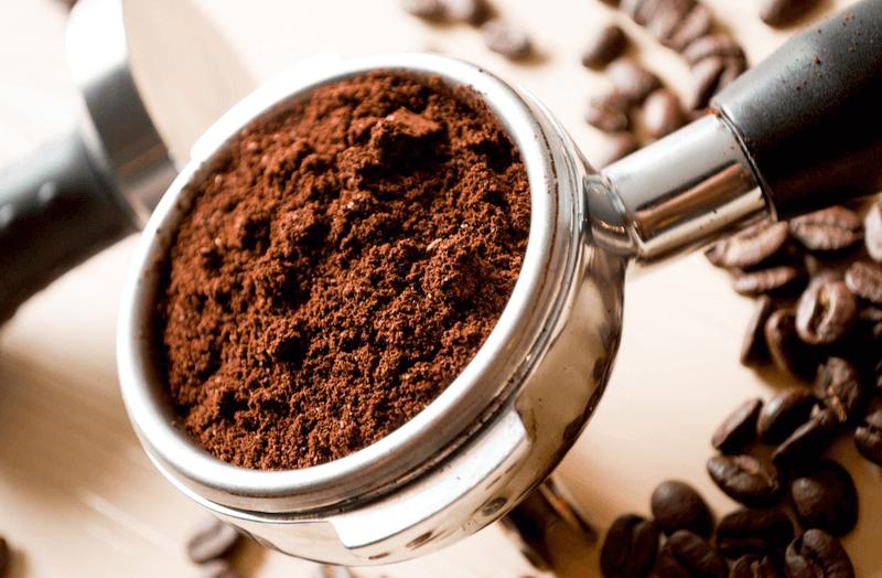 El mejor café para usar con una cafetera express es el café molido natural fino