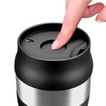 La taza térmica wilford and sons se puede abrir y cerrar con una sola mano