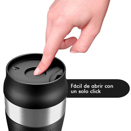 La taza térmica para café willford and sons dispone de un botón para abrir la taza fácilmente con un solo click